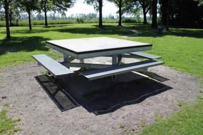 Meubel Dordrecht - Hufter proof picknick tafel Biesbosch.